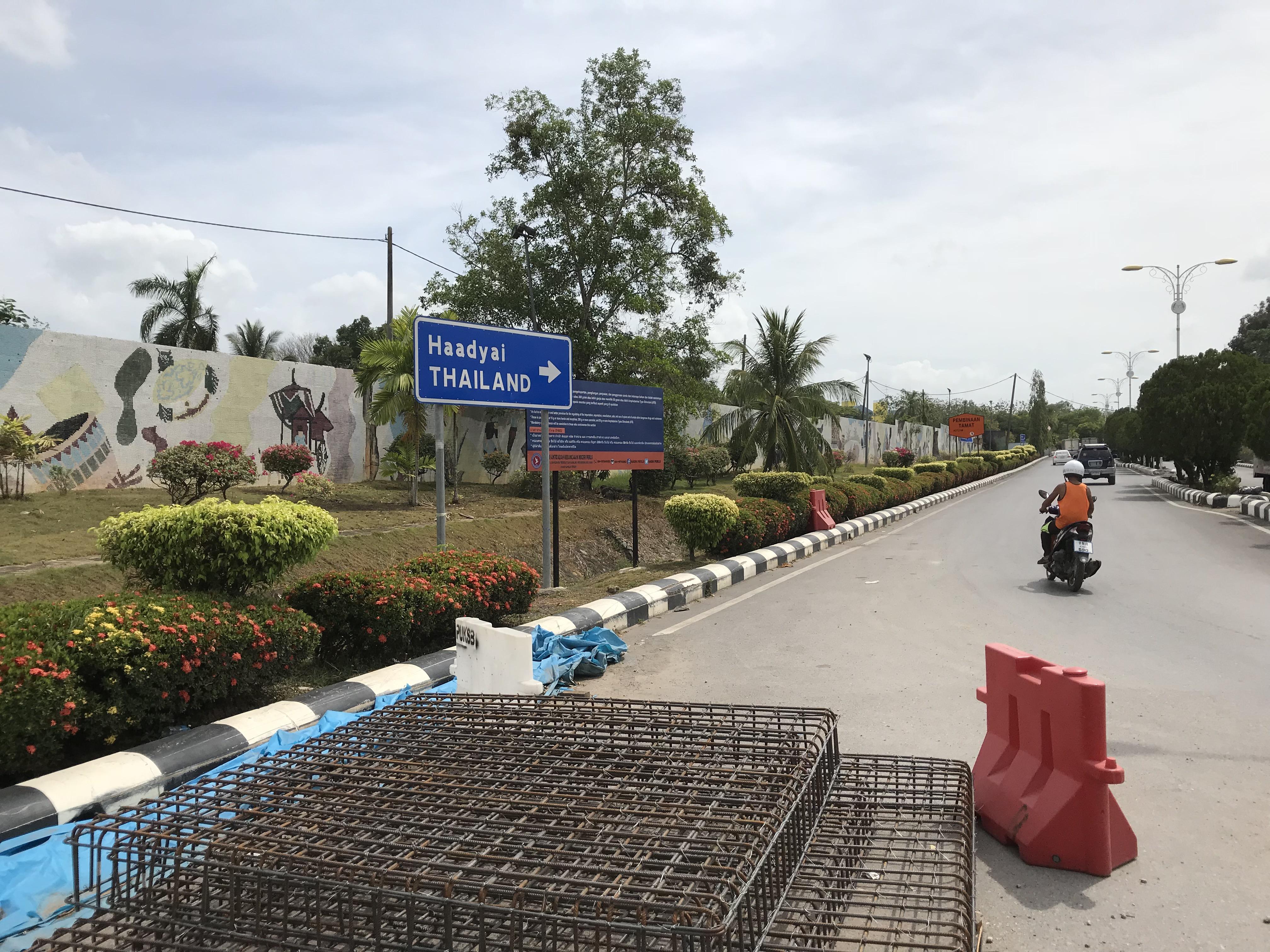 タイのイミグレに続く道