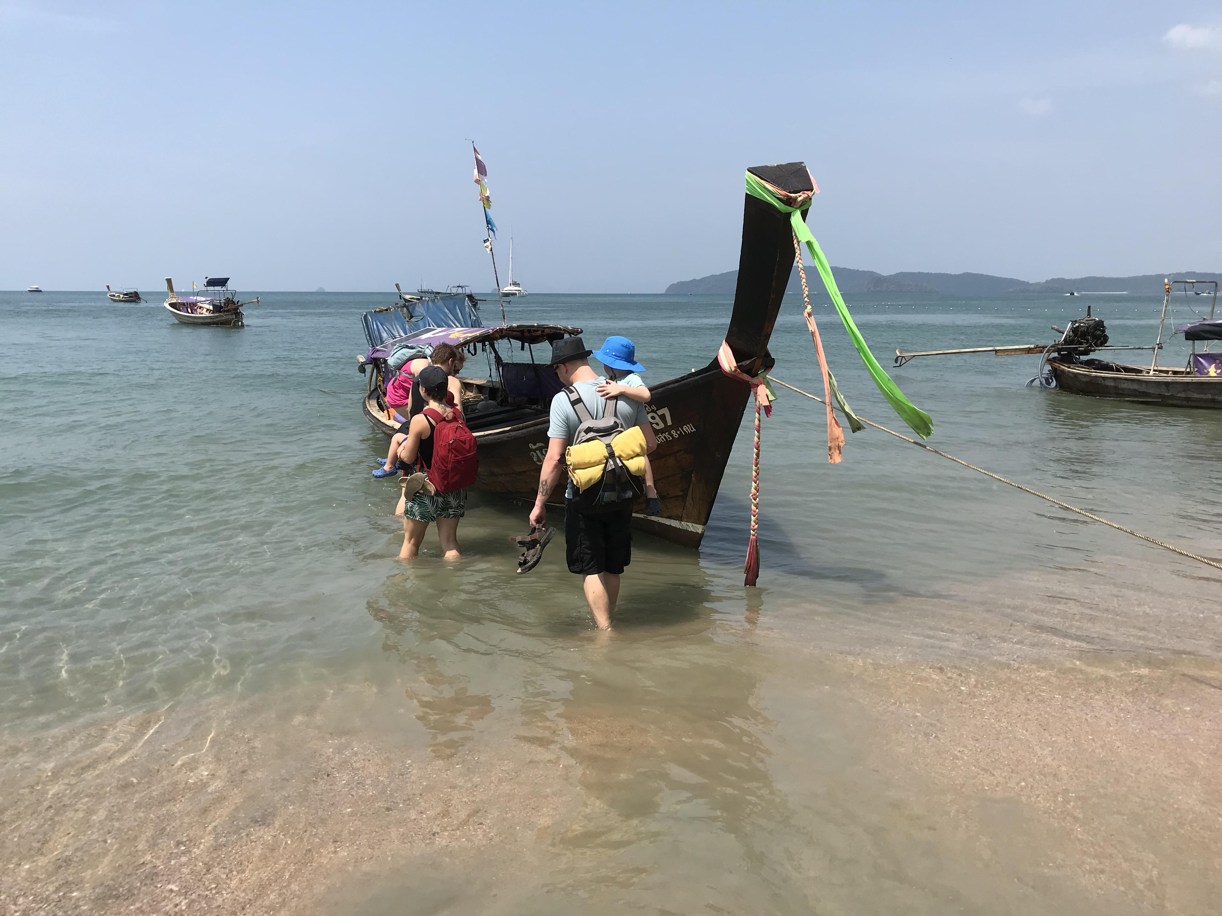 離島に向かうロングテールボート