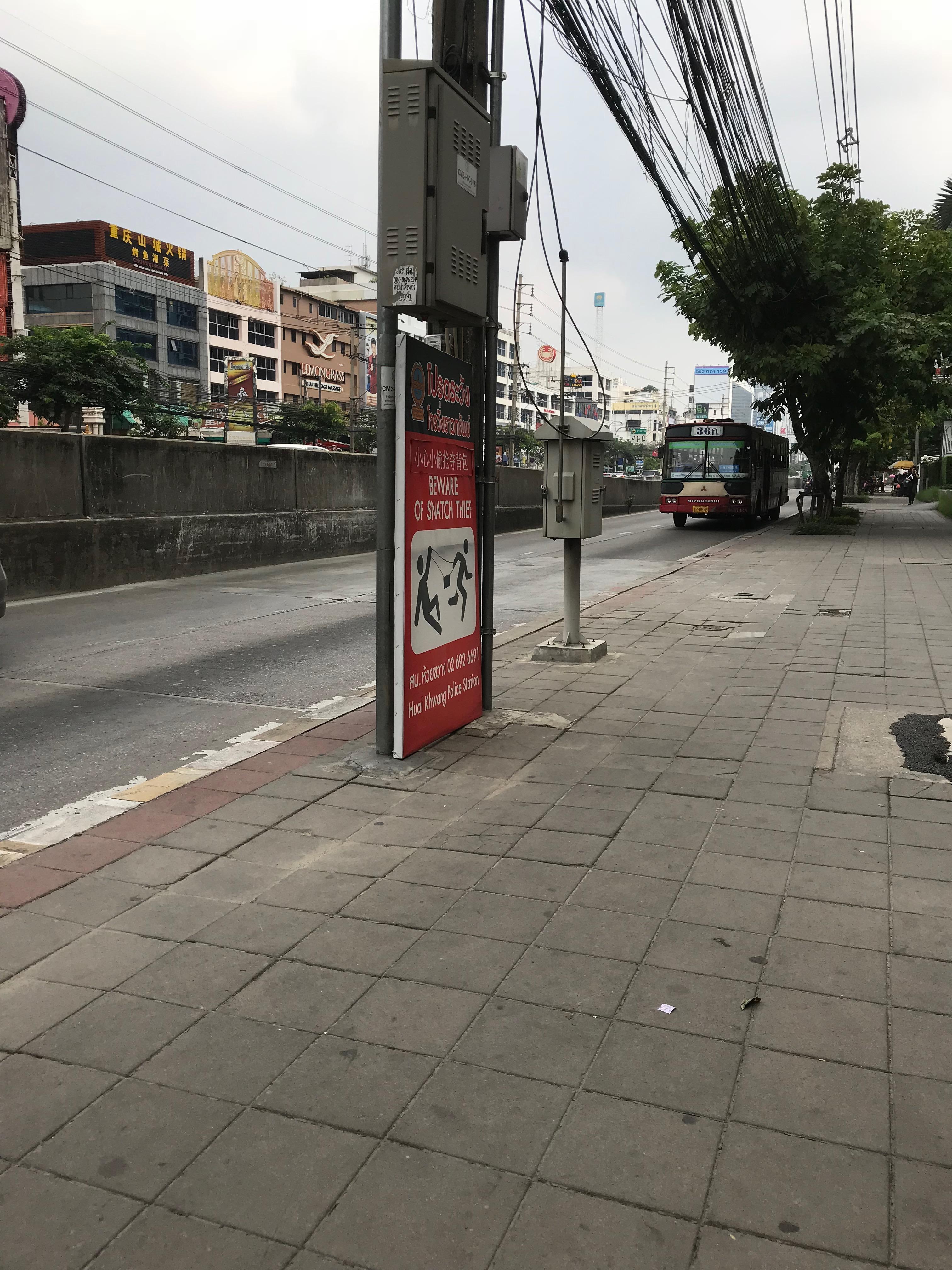 カンボジア大使館に向かうバス