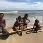 モロンダバの漁村の子供達と木でサーフィン