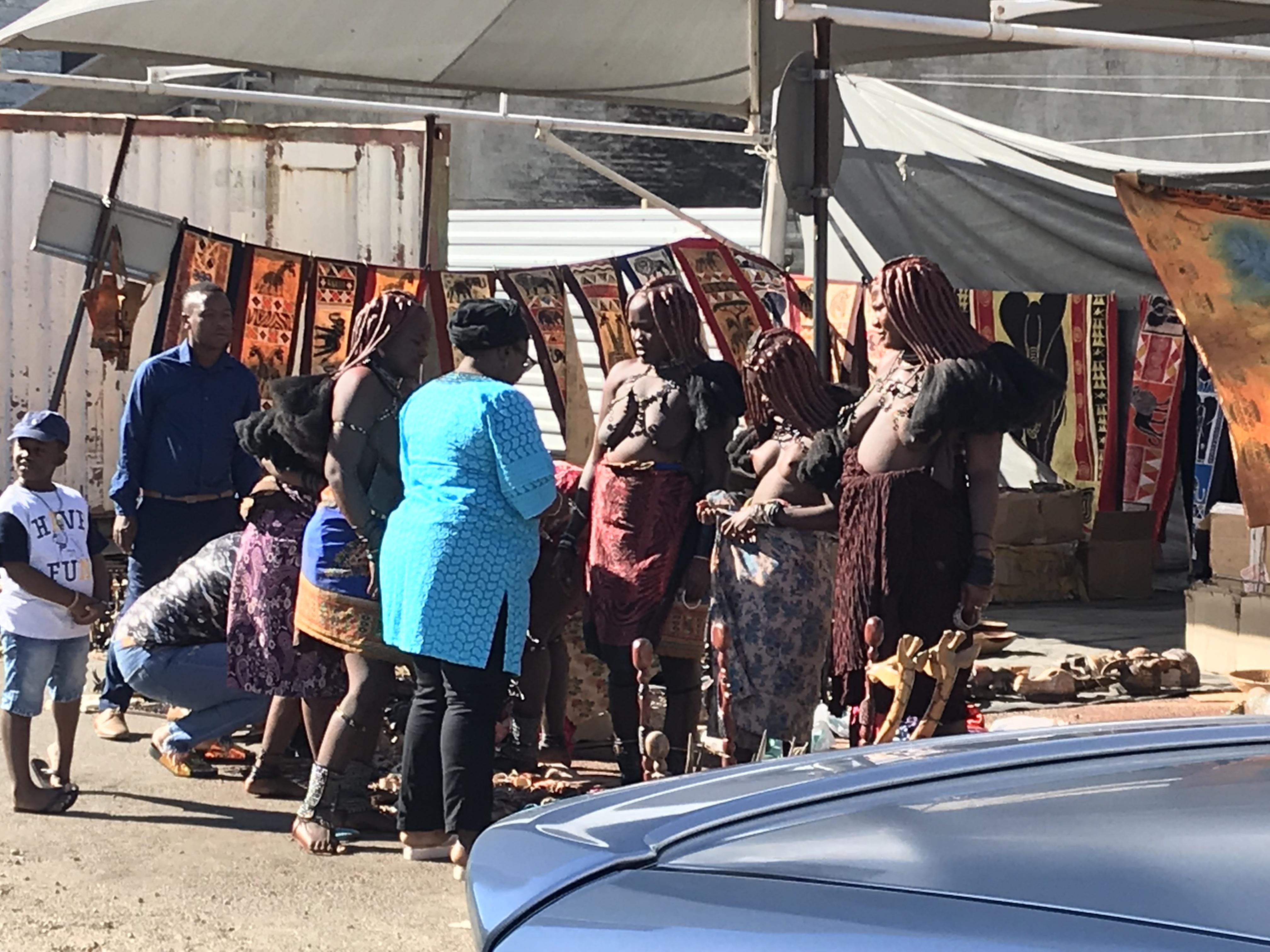 ヒンバ族のマーケット
