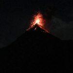 噴き出す溶岩が見えるアンティグアの夜のアカテナンゴから見る火山